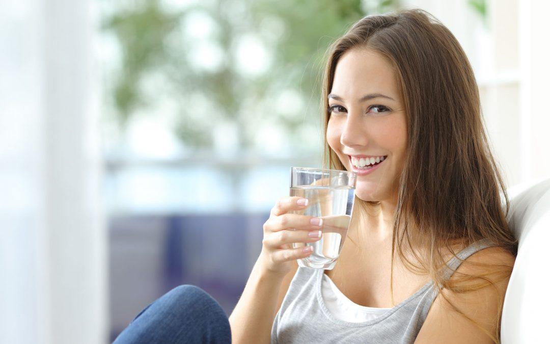 Ocho razones por las que debes que beber agua este verano